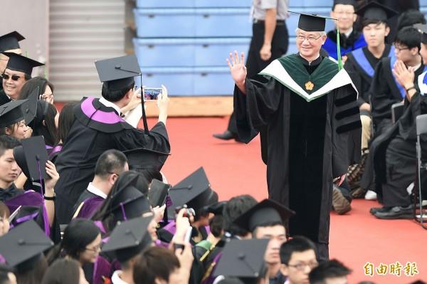 台大畢業典禮在台大體育館舉行,台大校長楊泮池(右一)入場時受到畢業生熱烈歡迎。(記者陳志曲攝)