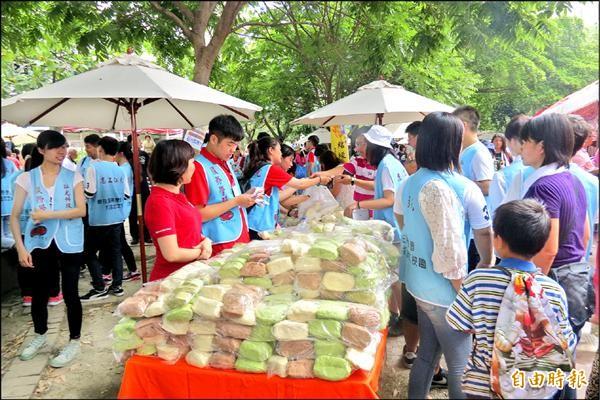 弘光科大餐旅管理系已連續3年以自製饅頭等點心參加義賣。(記者蘇金鳳攝)