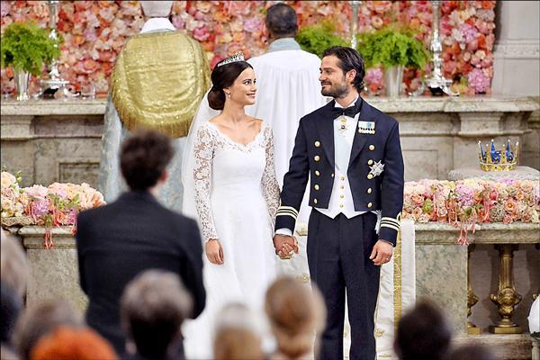 瑞典王位第三順位繼承人卡爾.菲利普王子13日大婚,迎娶蘇菲亞.赫爾克維斯,婚禮於斯德哥爾摩王宮教堂舉行,場面隆重。(路透)