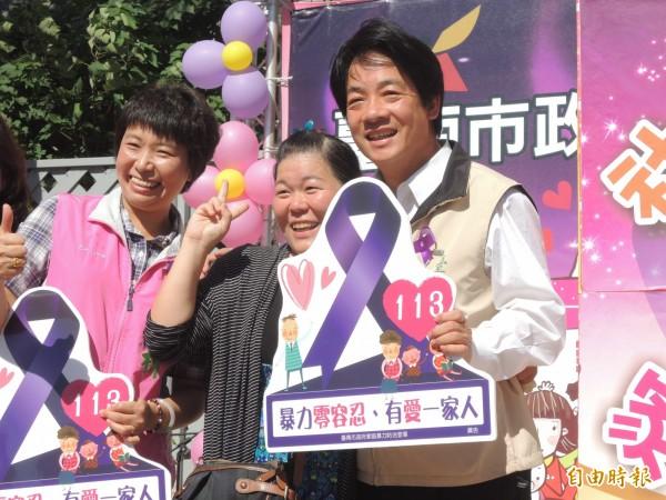 台南市長賴清德參加「紫要『抱』不要『暴』」家暴防治宣導活動,婦女熱情爭相合照。(記者洪瑞琴攝)