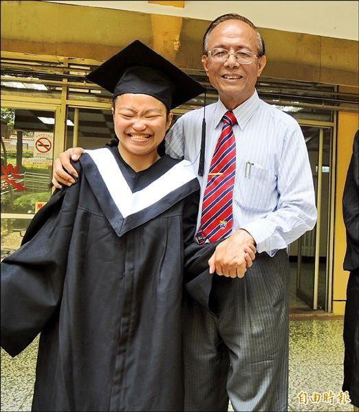 「台灣海倫凱勒」劉育伶(左)從南華大學應用社會學系畢業,校長林聰明(右)頒給她熱心公益獎,她笑得很開心。(記者余雪蘭攝)