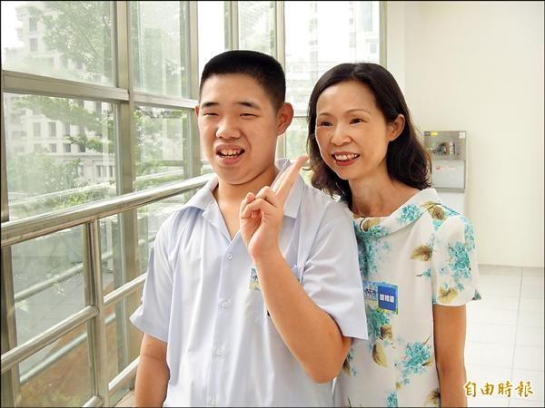 介壽國中莊瑞奇(左)罹患自閉症,莊媽媽(右)須長期陪在他身邊,莊瑞奇克服疾病獲得市長獎。(記者梁珮綺攝)