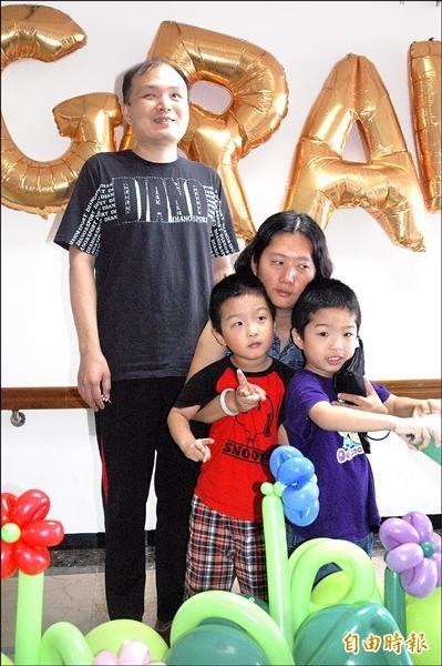 畢業生佳翔(右一)拿到人生第一張畢業證書,其父母都是視障者。(記者方志賢攝)
