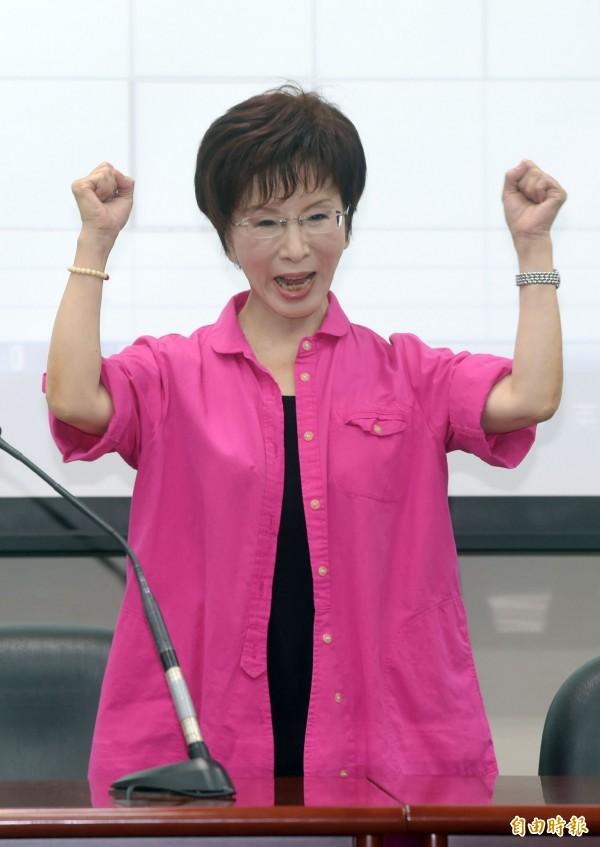 國民黨中央黨部今天公布黨內初選立法院副院長洪秀柱民調,順利超過30%防磚條款,洪秀柱隨後出席記者會,與現場支持者一起呼口號。(記者王敏為攝)
