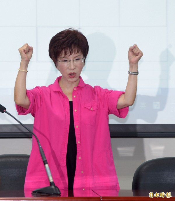 國民黨中央黨部今日公布洪秀柱民調超過百分之三十防磚條款後,洪秀柱隨後出席記者會,與支持者一起呼口號。(資料照,記者王敏為攝)