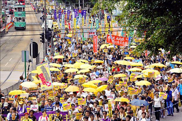 3500名香港民眾14日響應泛民主派陣營發起的「全民拒絕假普選」遊行,上街呼籲立法會否決港府政改方案。(美聯社)