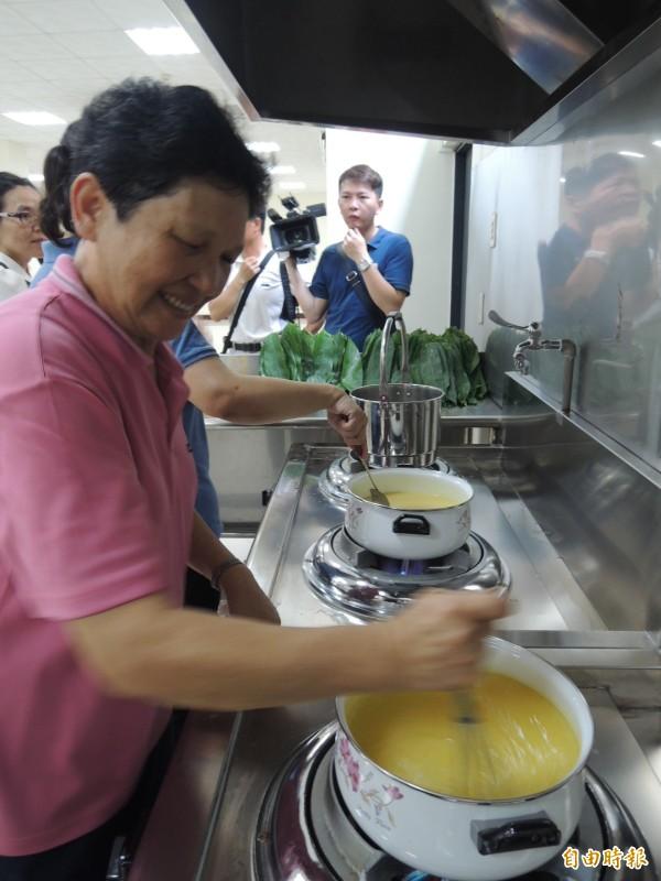 竹崎地區農會內埔家政班的媽媽正在煮「晶橙舞」冰粽的內餡。(記者余雪蘭攝)