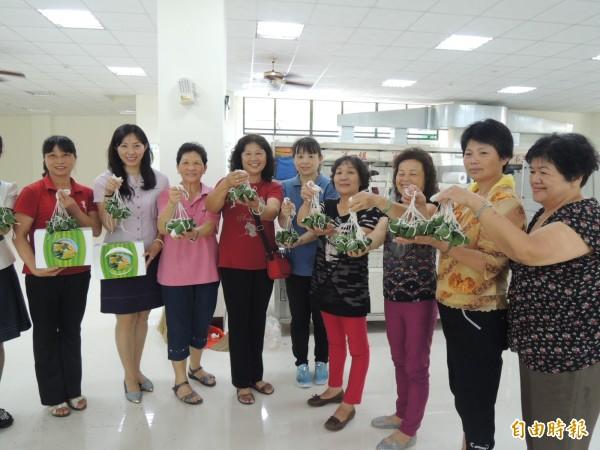 竹崎地區農會內埔家政班的婆婆媽媽們以在地農產為材料,手工製作「晶橙舞」、「橙圓圓」一口冰粽。(記者余雪蘭攝)