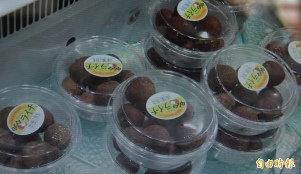 太平荔枝進攻日本頂級超市,精緻透明盒裝售價約台幣125元,仍造成消費者搶購。(記者陳建志攝)
