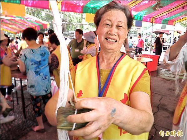綁粽高手劉素梅,不到十秒就綁好一顆肉粽,眾人驚呼好強。(記者陳冠備攝)