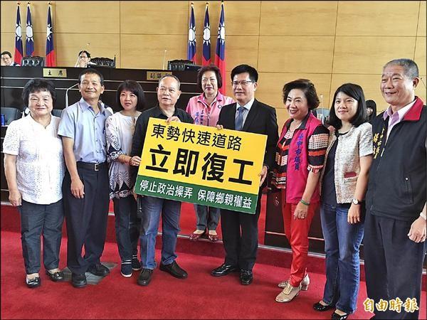 東勢─豐原生活圈道路工程因故停工,市議員蘇慶雲(左四)等人要求立即復工。(記者黃鐘山攝)