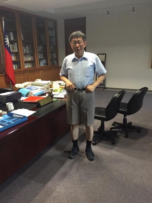 柯文哲穿上議員贈送的短褲出現在辦公室,照片在網路流傳後讓網友笑成一片,直呼好可愛。(圖擷取自童仲彥臉書)