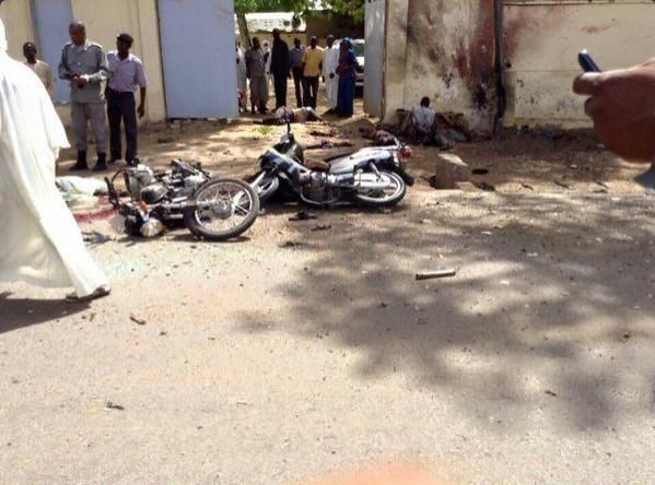 中非國家查德今天傳出發生2起爆炸案,據傳其中一起發生在警察總部外,有嫌犯騎著摩托車進行自殺式攻擊,爆炸後的殘骸照片更在推特上流傳。(圖擷自推特)
