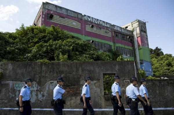 香港政改方案提交前夕,港警在舊亞視片廠查獲一批爆裂物,並拘捕9名涉嫌製造炸彈的成員。(路透)