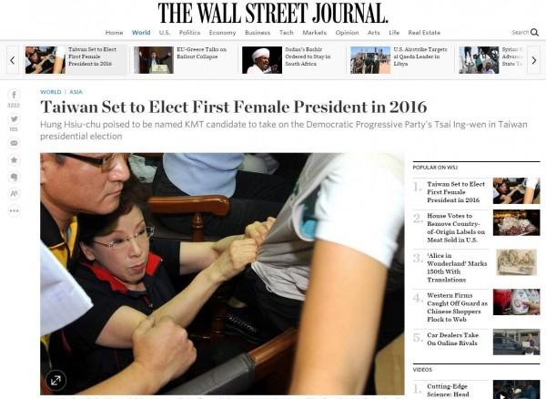 《華爾街日報》昨天刊登「台灣2016年可能選出首位女總統」新聞,國民黨初選突破防磚門檻的立法院副院長洪秀柱被選了一張在立院發生衝突的照片。(圖擷自《華爾街日報》)