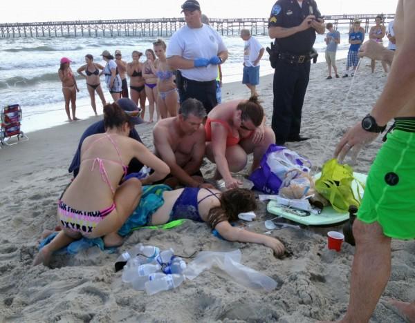 美國一名12歲的少女和16歲少年14日驚傳在北卡羅萊納州海灘遭到鯊魚攻擊,兩人身受重傷。(美聯社)