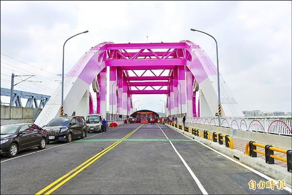 新竹縣政府規劃的高鐵橋下聯絡道延伸至竹科(公道五路)工程昨天完工,舉辦通車典禮。(記者王駿杰攝)