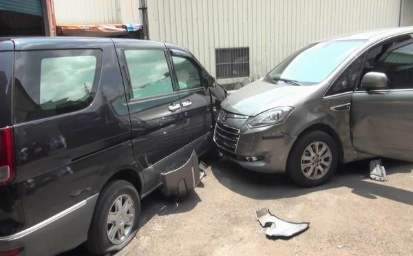 謝姓毒販駕廂型車衝撞警方偵防車,導致兩車車頭毀損。(記者湯世名翻攝)