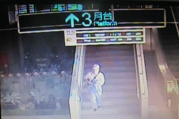 潘嫌行竊後離開車廂,並狂奔欲逃離現場。(記者邱芷柔翻攝)