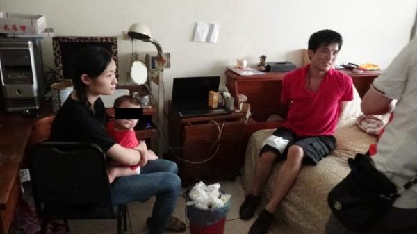 新竹縣一名周姓男子(右)與馮姓妻子(左)涉嫌吸毒、販毒,兩人育有一名8個月大的女嬰(左二),平時販毒都帶在身邊。(記者王駿杰翻攝)