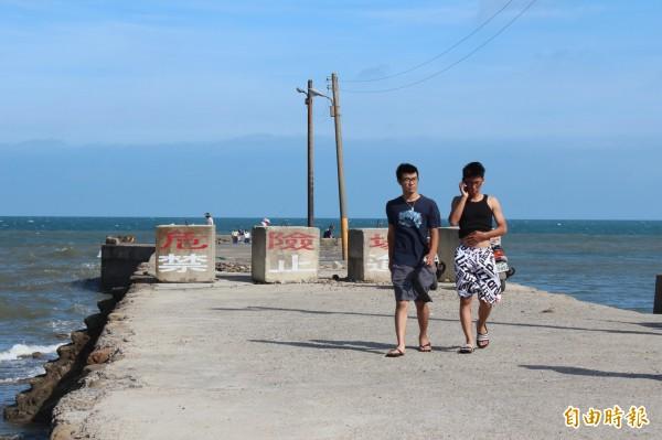 竹北市公所基於安全考慮打算把山腳澳突堤拆掉,避免釣客在這個危險區內聚集。(記者黃美珠攝)