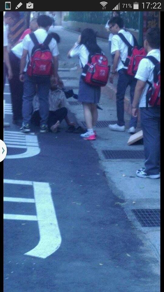 當時路過的學生上前關心老翁。翻攝自臉書「我是永和人」。(記者曾健銘翻攝)
