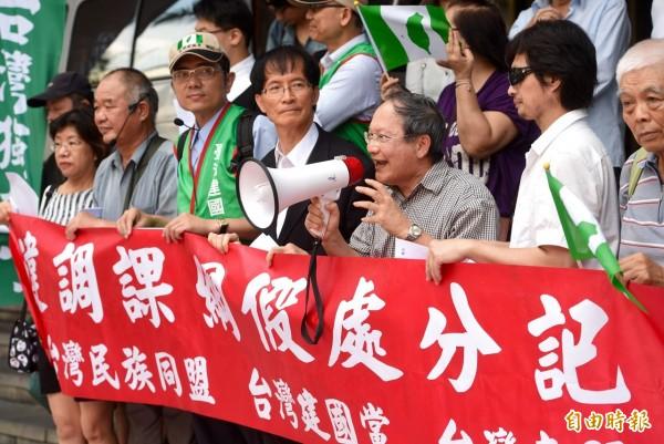 台灣建國黨與台灣民族同盟等多個本土社團,上午向台北地方法院遞狀聲請假處分,阻止教育部強行實施霸凌台灣史的洗腦課綱,台灣建國黨主席黃國華(右三)對新課綱表達強制不滿。(記者羅沛德攝)