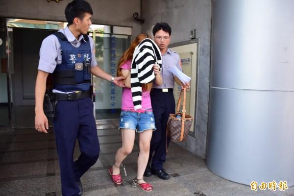 31歲的林姓女通緝犯到知名連鎖美妝店,偷竊價值149元且符合自己度數的隱形眼鏡。(記者林近攝)
