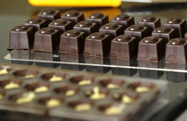 英國醫學期刊最新研究證實,每天食用大約100公克的巧克力,將有助於降低心臟病和頭痛症狀的發生風險。(資料照,路透)