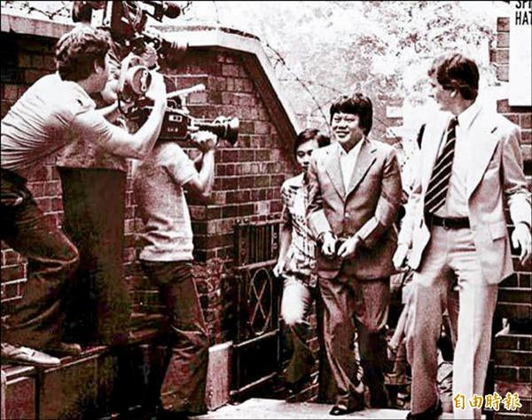 馬惜珍(右二)1978年在香港被捕時,還面露笑容,任由在場記者拍攝,隨後棄保潛逃來台。(取自網路)