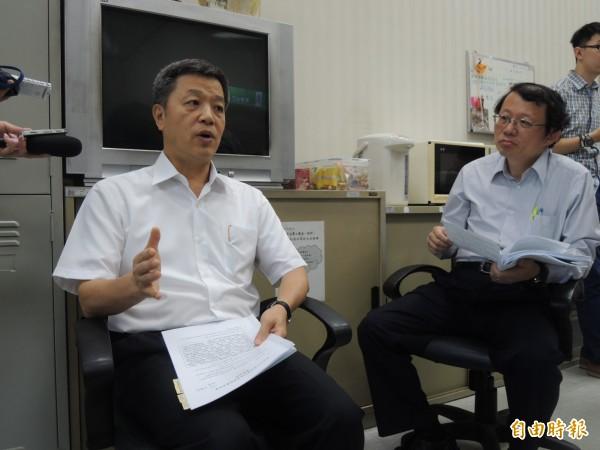 勞動部長陳雄文(左)宣布,學生兼任助理也具勞雇關係,應遵守相關法令。(記者黃邦平攝)