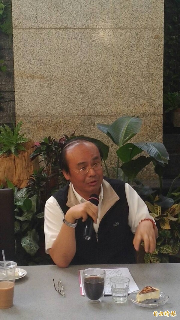 交通部長陳建宇下午與記者茶敘,表示將推動計程車分級。(記者黃立翔攝)