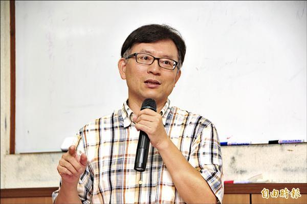 東華大學歷史系副教授陳進金表示,如果課本合憲、合法,卻不合歷史事實,那麼「歷史教育的意義何在?」(記者花孟璟攝)