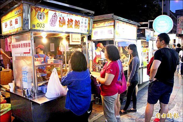 台北市寧夏夜市上月起可用悠遊卡消費,但活動攤商幾乎沒人使用,意願很低。(記者郭逸攝)
