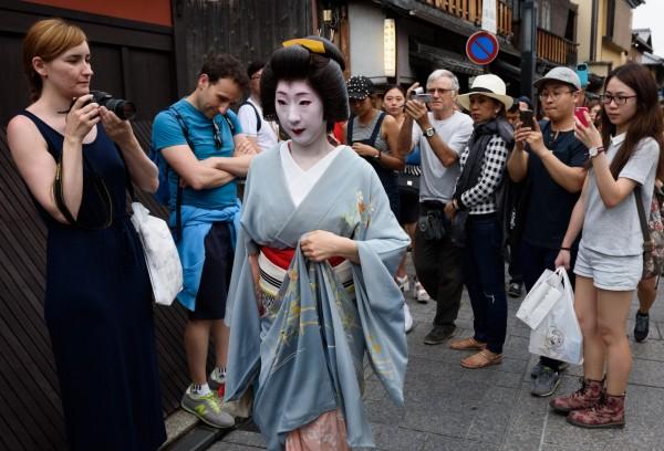 日本國家旅遊局今日公布數據,5月份訪日外國遊客以中國最大宗,其次為台灣,再來是南韓的31.54萬人次,香港則是有12.06萬。(彭博)