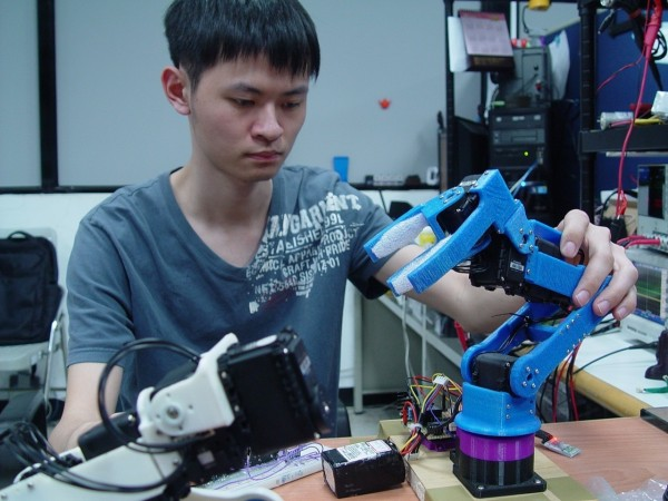 機器人是年輕學子熱門的研發項目。圖為城市科大學生研發、測試機器人性能。(圖由勞動力發展署北分署提供)