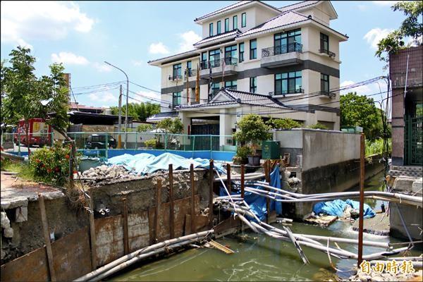 高雄市水利局在旗山進行分洪工程,因台電電纜(右下)未清除,導致工程延宕。(記者陳祐誠攝)