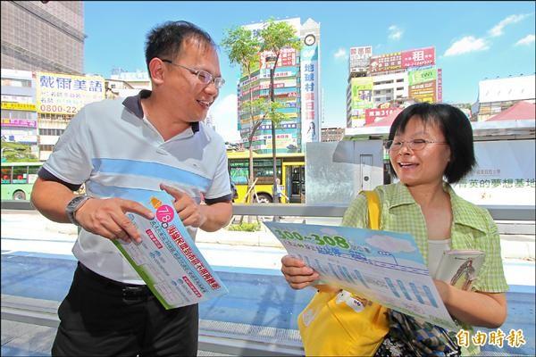 台中市交通局長王義川(左)到火車站發傳單,並向民眾說明幹線公車搭乘方式。(記者張菁雅攝)