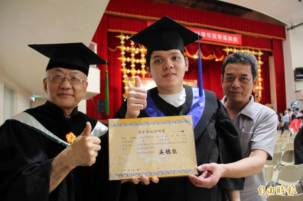弘光校長吳聰能(左)頒畢業證書給郭騏銘(中)。(記者張軒哲攝)