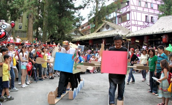 溪頭妖怪村19至21日端午連續假期,推出陸地划龍舟、吃粽子、立蛋等活動。(記者謝介裕攝)