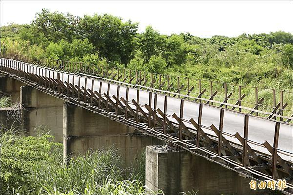 目前的便橋寬度僅有3.2公尺,會車相當困難。(記者張瑞楨攝)