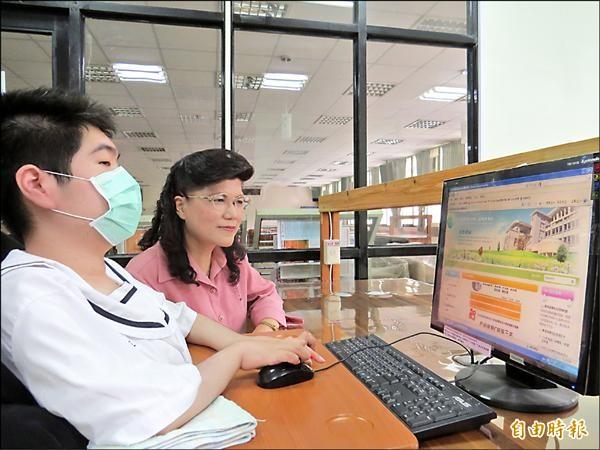 張軒誠(左)自學考取電腦軟體應用丙級證照,蘇澳海事校長何佩玲(右)對他奮發進取的精神十分稱許。(記者王揚宇攝)
