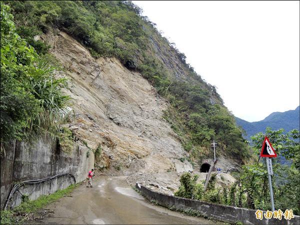 秀林鄉的慕谷慕魚去年七月受麥德姆颱風影響,封路進行明隧道施工與道路安全維護工程。(記者王錦義攝)