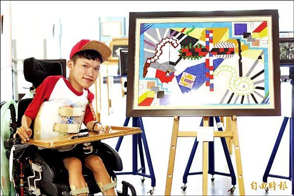 劉家溥畫了4張16開的圖,再將4張圖拼成1張圖,他說,只要用對方法、用對心態就能跨越藩籬。(記者邱芷柔攝)