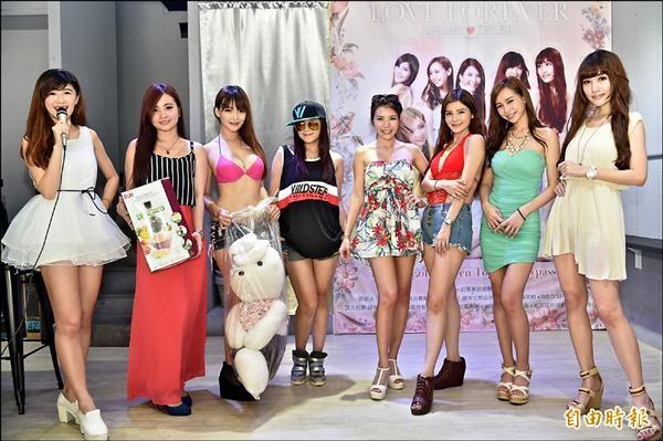 南台灣8名正妹週日將舉辦愛心公益海報義賣及私服、小物拍賣,所得將捐給兒童福利聯盟文教基金會。(記者張忠義攝)