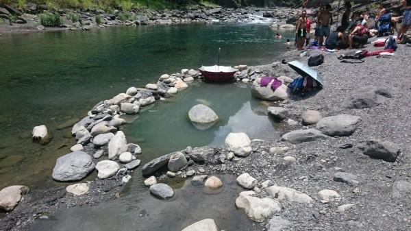 2名女子倒臥新北市烏來野溪溫泉,送醫急救。(民眾提供)