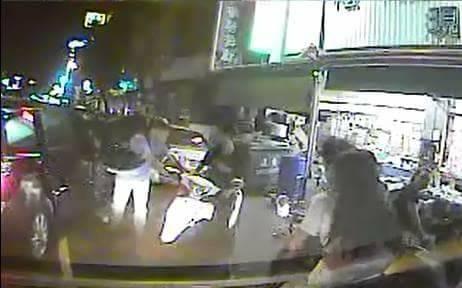 警方在苓雅區建國一路2巷口,圍捕涉嫌飆車的2車3人。(記者方志賢翻攝)