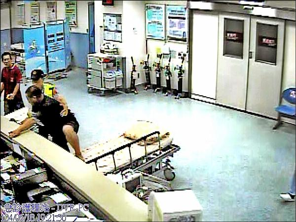 李男爬上櫃檯攻擊護理師。(記者張軒哲翻攝)