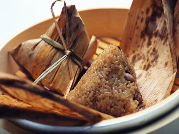 台北市萬華「刈包吉」今天準備千粒粽子,發放給街友做慈善。(情境照)