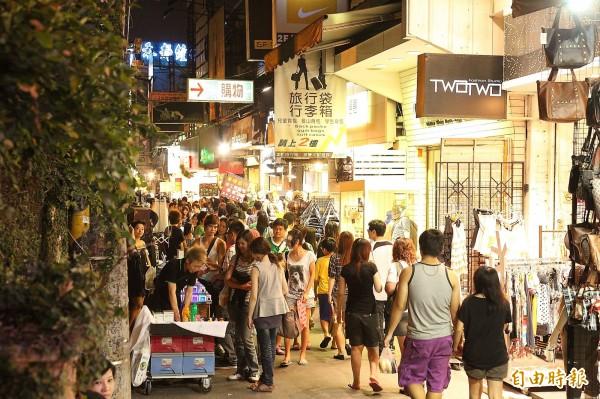 逢甲夜市是許多美食的發源地,奪下第1名一點都不令人意外。(資料照,記者李惠洲攝)